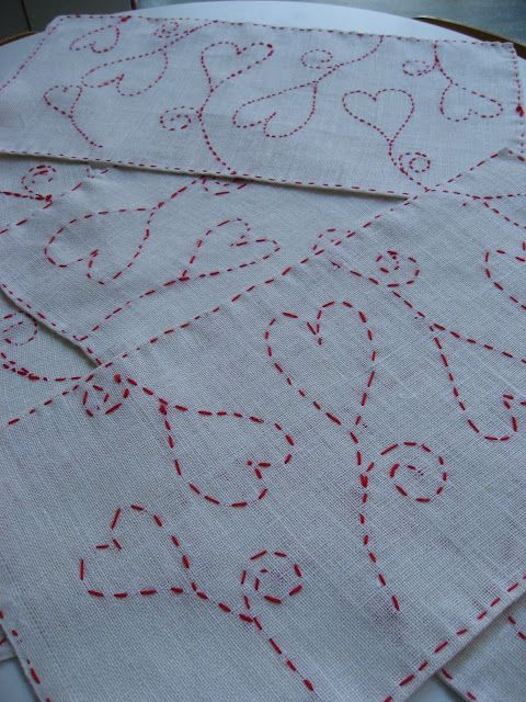 Joululiina juuttikankaalle: kaavapaperi neulataan kiinni ja kirjotaan villalangalla paperin ja kankaan läpi. Lopuksi kaavapaperi revitään varovasti pois. (Saumat koulunkäyntiohjaaja päärmäsi ensin.)