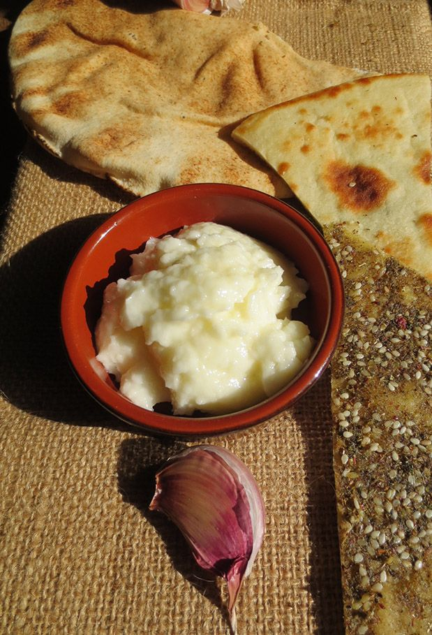 Crème à base d'ail mixé, huile d'olive et jus de citron que l'on tartine sur des pains orientaux.