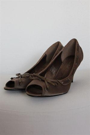Elegant, sko med pyntesløjfe af snor som går hele vejen rundt på skoen. fin åben snude,  http://www.secondhand-festtoej.dk/shop/bronche-brun-satin-1142p.html