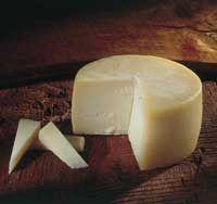 Pais Vasco Queso Idiazabal--Su sabor es acusado, desarrollado, ligeramente picante y ácido. Corrrecto de sal, mantecoso al paladar, debido a su leche de oveja y ahumado si se ha procedido a ello. Es un queso de consumo directo y diario,como tapeo y también como postre acompañado de frutos secos. Su toque ahumado y mantecoso le va para rellenar o empanar por ejemplo pescados azules o carnes blancas.