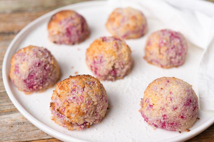 Deze kokosmakronen met frambozen zijn een typisch gevalletje 'weinig moeite, grote wow-factor'. Makkelijk te maken en je hebt maar 4 ingrediënten nodig.