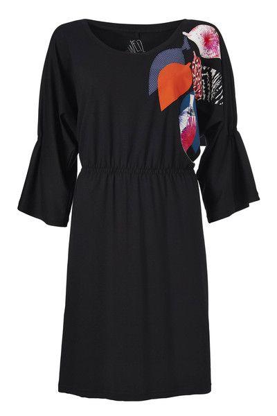 """Jackie er noget så sjældent som en sort Weiz Copenhagen kjole, men på vanlig Weiz manér får den lidt spræl ved farverige """"blad"""" applikationer."""