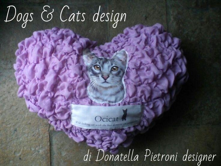 1426 - Cuscino a cuore lilla con gatto. Pezzo unico. Dogs e Cats design di Donatella Pietroni designer