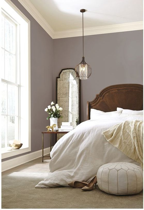 .sovrum i harmoni, så skapar du stilen  Så makalöst vackert! En grålila ton i matt utförande och ganska så mörk kulör på väggarnaframhäver fönstret. Den bruna sängramen lugnar och jordar och de vita...