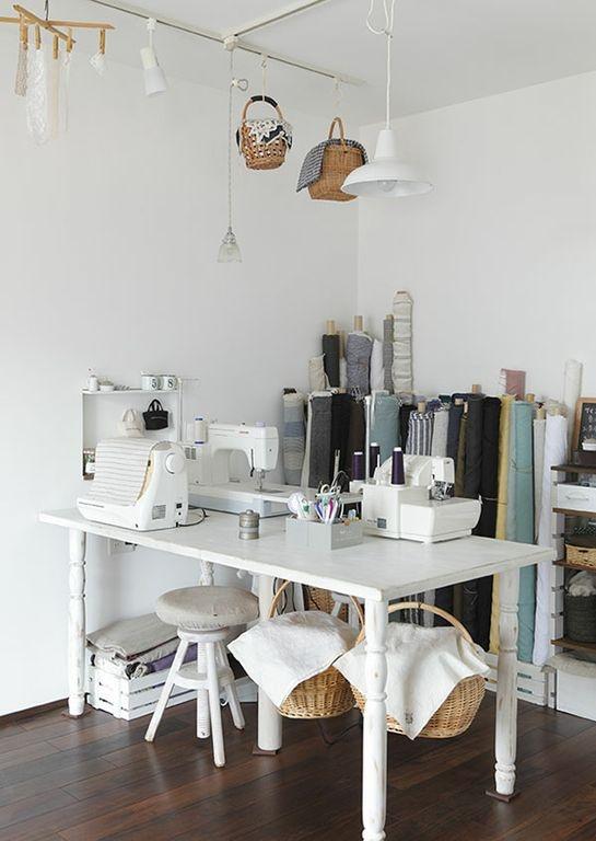 天然素材の洋服を中心に制作販売する伊藤みちよさんのアトリエは、作業のしやすさと見た目の美しさが両立された空間です。/暮らし上手さんの飾り方・しまい方(「はんど&はあと」2012年11月号)