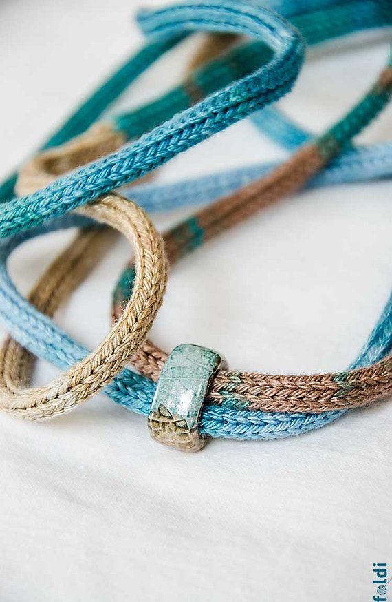 Gestrickte Halskette, Schmuck, Halskette mit blauen Keramische Perlen Ombre braun blaue Farbe gestrickt BEREIT, SCHIFF  Stilvolle gestrickte Modeschmuck: nur eine Schleife um den Hals oder zweimal und diese bunte Halskette mit den blau-braun glasierte Perlen bereit ist, ziehen Sie die Aufmerksamkeit!  Idealer Schmuck für diejenigen, die allergisch auf Metall oder Wolle.  Handgefertigter gestrickter Schmuck entworfen und von mir gemacht.  Garn: 100 % Baumwolle Farbe: blau, braun Umfang: 100cm…