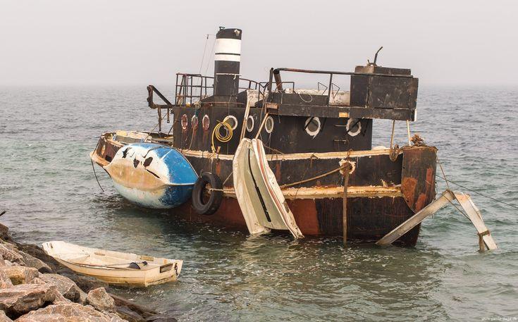 Husbåden Idun. På en mine gåture til Amager strand, gik jeg og min kammerat ud ved det gamle Helgoland, hvor der ligger en husbåd ulovligt. Jeg havde ikke set den før, selvom den skulle have ligget der i et par år efterhånden.  Der har været en del skriverier omkring båden, og... #Idun #Husbåd