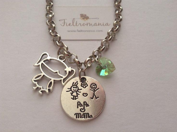 Colgante Papá-Mamá Colgante Medalla Papá-Mamá (22 x 22 mm) con colgante niña coletas plata antigua y corazón de cristal Swarovski a elegir en color rosa, verde o ámbar.