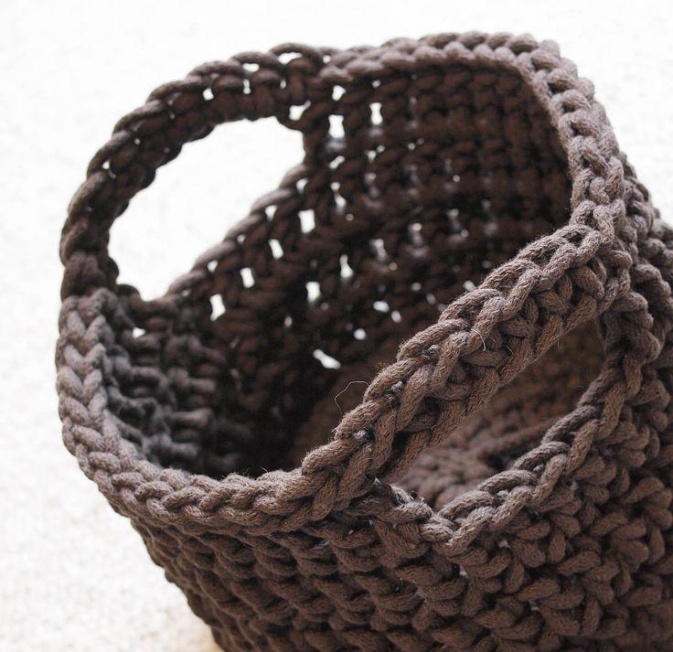 Koszyki dziergane ręcznie na szydełku z bawełnianego sznurka. Różne wzory i kolory. Świetnie nadają się do przechowywania różności. Na zamówienie w Siedlisku na Wygonie na Mazurach.