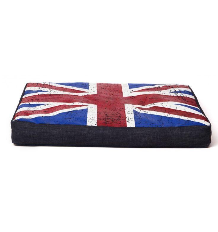 Este colchón vaquero London está hecho de nylon de excelente calidad, es muy cómoda y tiene un diseño innovador y especial. La parte principal del colchón es de color azul oscuro con un bolsillo y la parte de arriba tiene la bandera británica.