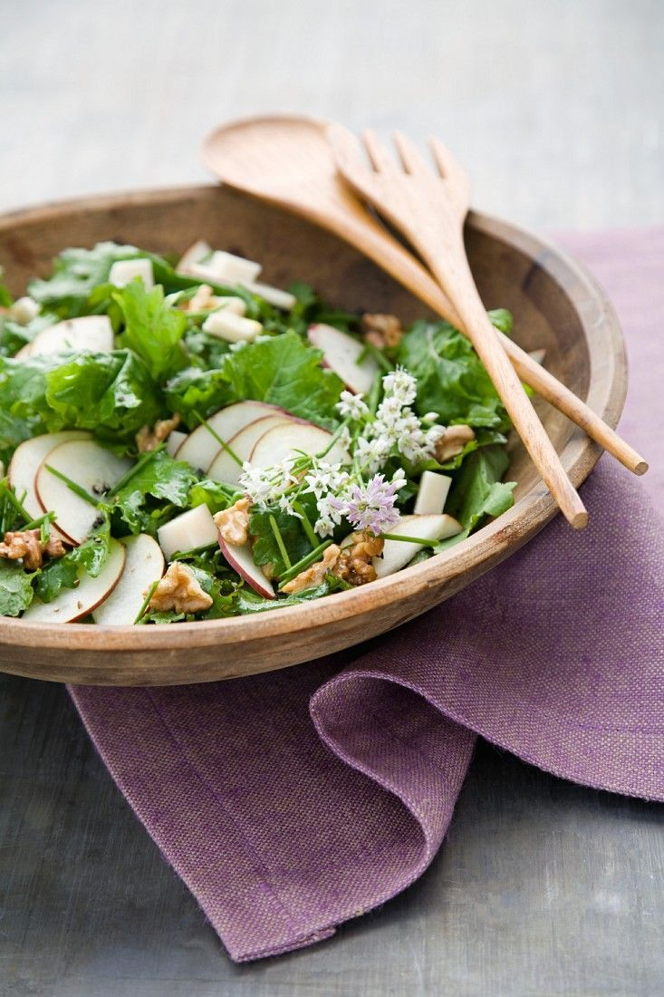 Grünkohlsalat mit Birne und Walnusskernen | http://eatsmarter.de/rezepte/gruenkohlsalat-mit-birne-und-walnusskernen