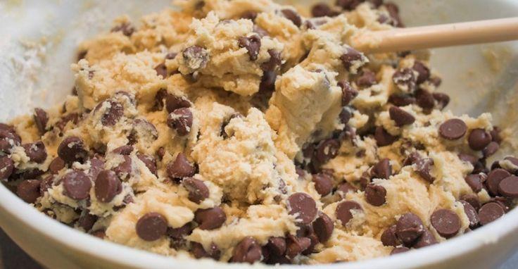 Recept voor 'gezond' koekjesdeeg om rauw te eten, met o.a. kikkererwten, pindakaas en ahornsiroop