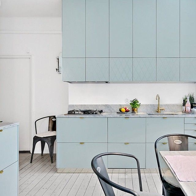 | k i t c h e n i n s p o | Love this kitchen with beautiful soft green fronts from Swedish Superfront. If you by any chance have missed Superfront it's the perfect way to easily get a modern & new look of your kitchen. [& that green colour, how nice isn't it towards a marble top? Great, if you'll ask me!] | Photo via broker Fastighetsbyrån