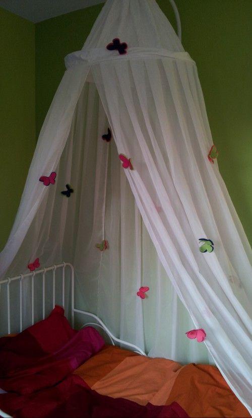 Van vilt heb ik vlinders gemaakt, kleine en grote. Je neemt een kleine en een grote vlinder en deze naai je aan elkaar vast. Achterop naai je een klein knijpertje vast zodat je de vlindertjes vast kunt knijpen aan bijvoorbeeld een klamboe.  Erg leuk voor een meisjeskamer!