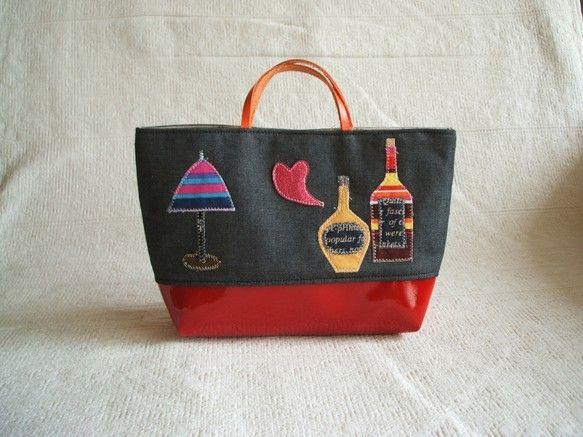ハンドメイドのコラージュのおしゃれなバッグインバッグです。上部は綿の黒っぽいダンガリー、下は厚手赤のエナメル風生地。持ち手はオレンジの革です。ハートは光沢のあ... ハンドメイド、手作り、手仕事品の通販・販売・購入ならCreema。