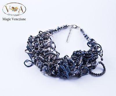 """""""Riccia"""" la collana in perle in vetro di Murano e microconteria realizzata manualmente e pazientemente da Magie Veneziane per voi. Tanti colori e modelli su www.mirabiliashop.com"""