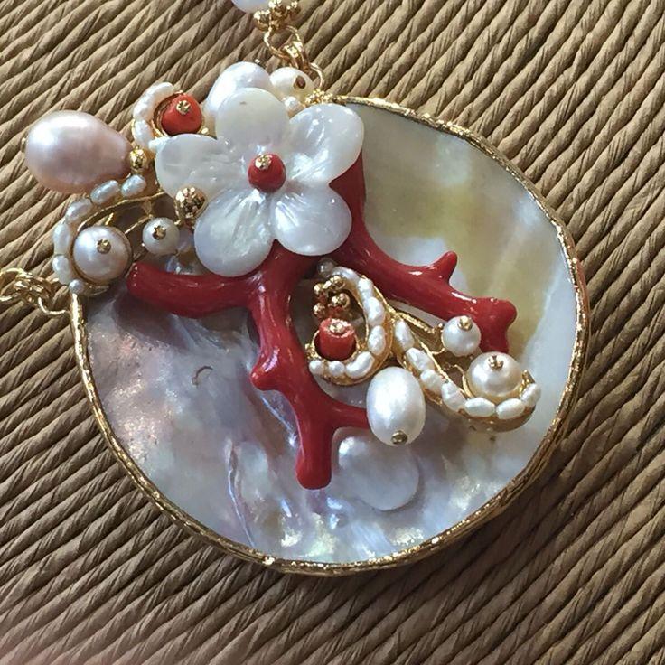 Meravigliosa collana di corallo e madreperla realizzata a mano da dlbshop.it     #madreperla#corallo#conchiglia#cammeo#cameo#collana#perle#oro#argento#pietredure#turchese#legno#ebano#artigianale#madeinitaly#donna
