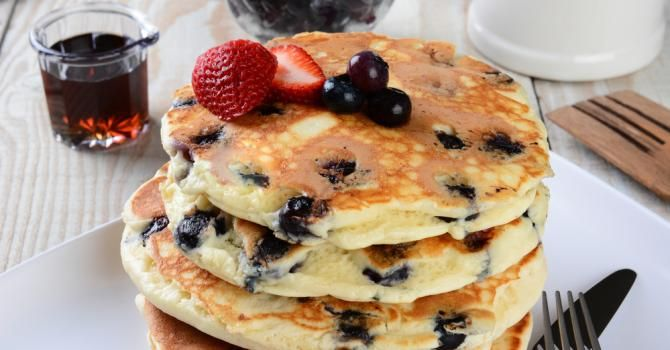 Recette de Pancakes au yaourt et myrtilles légers. Facile et rapide à réaliser, goûteuse et diététique. Ingrédients, préparation et recettes associées.