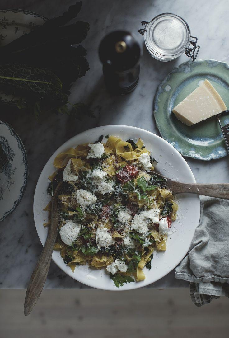 Spagetti Aglio e Olio med långsamt rostade tomater och svartkål » Johanna Bradford