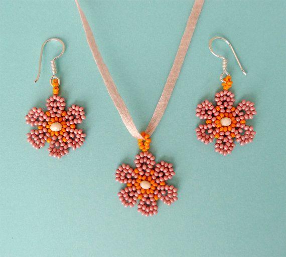 Mira este artículo en mi tienda de Etsy: https://www.etsy.com/listing/271496989/spring-daisies-pendant-and-earrings-set