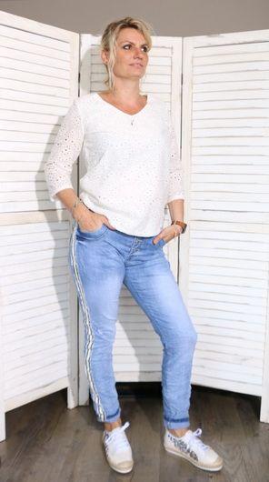 6851f5b449b38 Look casual femme - Blouse dentelle et jeans à galons #mode #fashion #femme