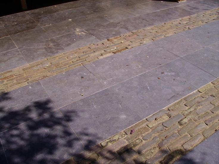 Bij voordeur, grote grijze tegels met kleine straatstenen