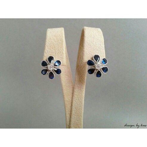 Bohem akımın vazgeçilmezi çiçekler, safir detayla koleksiyonumuzda.