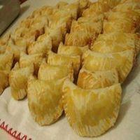 Receita de Pasteis de forno assado – Tasty Demais Ingredientes 2 colheres (sopa) de manteiga 1 lata de creme de leite sem o soro 1 ovo para pincelar 4 xícaras (chá) de farinha de trigo 1 colher (chá) de sal 2 ovos inteiros 1 colher (sopa) de fermento químico em pó Modo de Preparo Numa …
