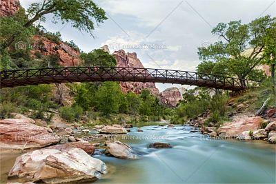 Most z pięknym krajobrazem w tle.