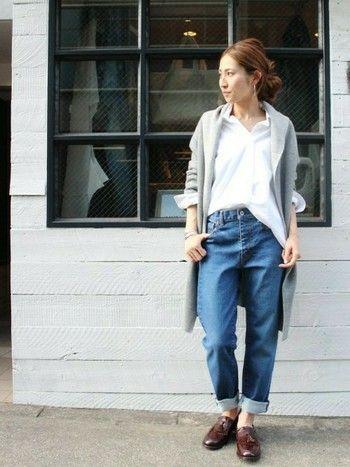 白シャツにデニムというシンプルなスタイルもコーディガンを羽織るだけでトレンド感が高まります!足元をローファーでしめているので、全体がぼやけることなく大人っぽく仕上がっていて素敵です。
