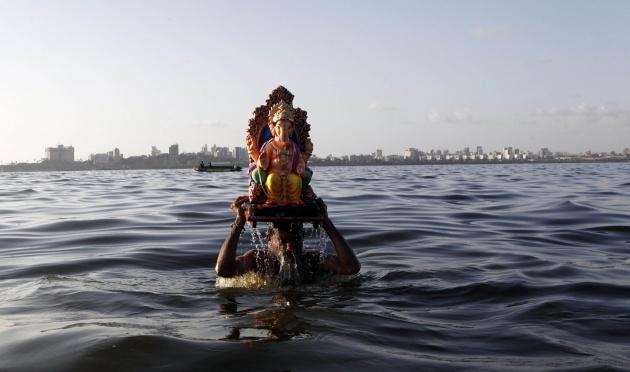 Svake godine milioni hindu vernika potapaju u reke i okeane idole sa likom boga Ganeša tokom Ganeš Ćaturti festivala kojim se obeležava rođenje ovog hindu boga. FOTO: AP