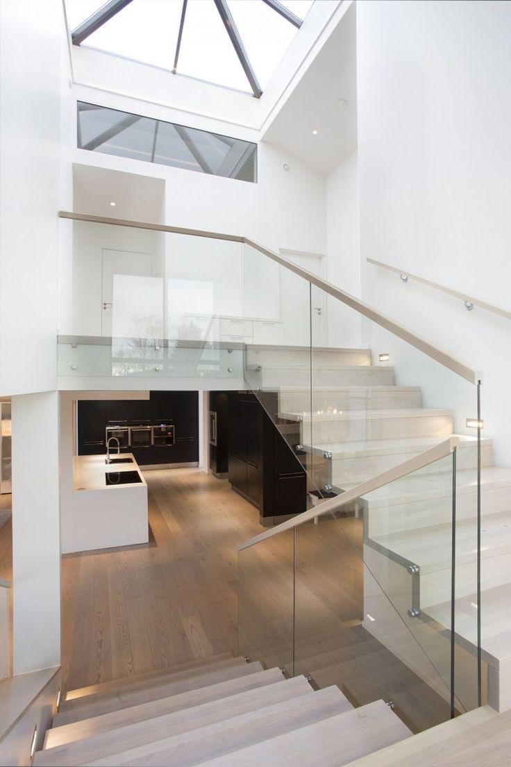 MELBY Vilje //  Tett trapp der opptrinn er montert jevnt med forkant trinn. Trappeformen kommer godt frem. Midtstilte vanger gir et moderne uttrykk.