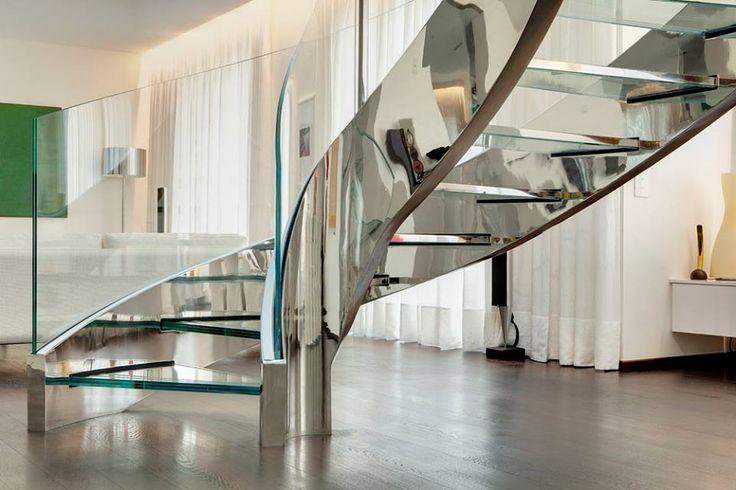 Detalhe de escada e corrimão de vidros