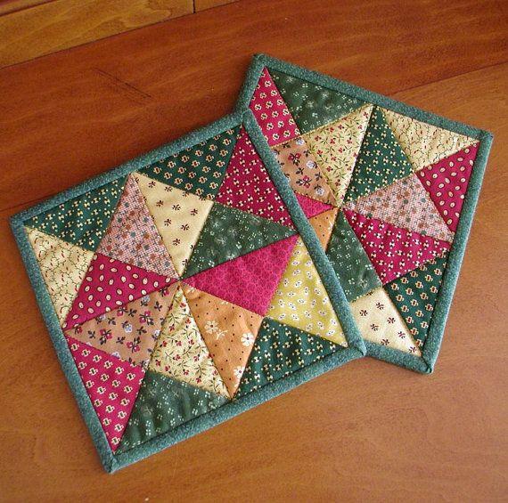 Estas alfombras taza poco acolchado cuentan con tela de Marcus molesta Lancaster County II línea por Judie Rothermel. Las huellas luminosas de rojo, amarillo, verde y naranja han sido dispuestas en un diseño de criss-cross, patchwork. Para el forro utilicé una impresión verde brillante y el verde que empareja, doble enlace ha sido cosido en la parte posterior del tejido a mano.    Usted recibirá dos alfombras de taza que se muestra a continuación. Cada alfombra mide 6 ½ x 6 ½.    Listo para…