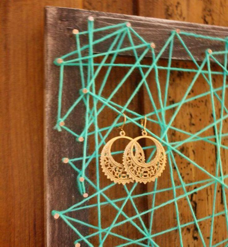 Un cadre et du fil transformés en porte-boucles d'oreilles