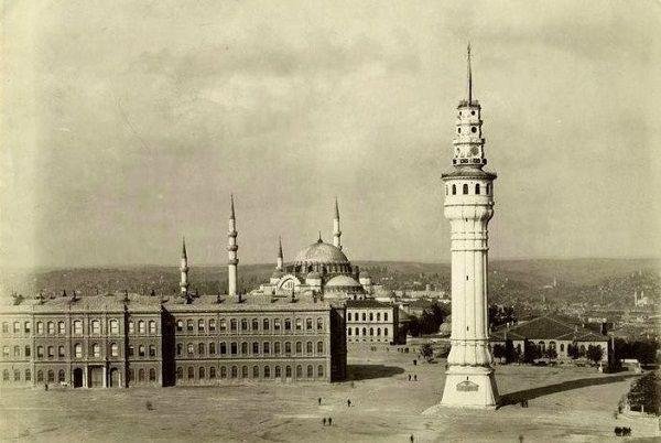 Günümüzde İstanbul Üniversitesinin Merkez Kampüsü içinde yer alan kule, ilk olarak Beyazıt semtinde 1749 yılında ahşap olarak inşa edilmiş. 85 metre yüksekliğinde ve 180 basamaklı kule, geçirdiği iki büyük yangından sonra üçüncü kez Sultan II. Mahmut zamanında, 1828 yılında Senekerim BALYAN'ın mimarlığı altında tekrar yapılmış.