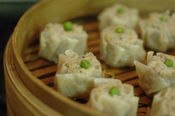 Shao mai Gli Shao Mai sono dei piccoli ravioli di carne di maiale e gamberi cotti a vapore e sono una ricetta caratteristica della cucina...