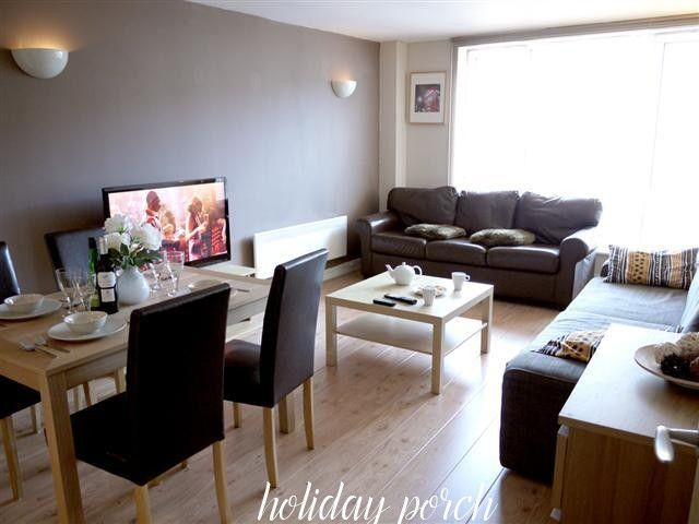 This short stay two-bedroom holiday apartment located on the third floor of a modern complex in Bowling Green Place in central London.