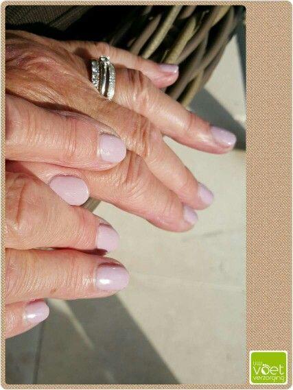 Gelpolish kan ik zowel op de nagels van voeten als handen zetten. Het verstevigd je eigen nagel, maakt het gladder en geeft weken een zeer verzorgde uitstraling! Hier heb ik een koele roze kleur gebruikt. #gelpolish #Magnetic #Desolee  www.uwvoetverzorging.nl