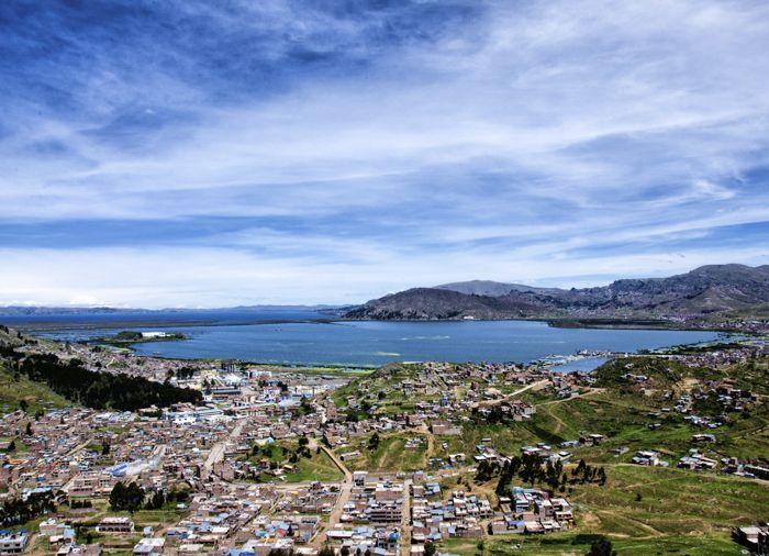 Puno, som er beliggende ved bredden af verdens største og højst beliggende sø, Titicaca, i 4.000 meters højde. Puno havde en vigtig historisk betydning for inkaerne, da det var her, at den først inka, Manco Capac, gik op af Titicacas vande, hvorfra han startede inkaernes imperium og blev den første konge i Cusco.