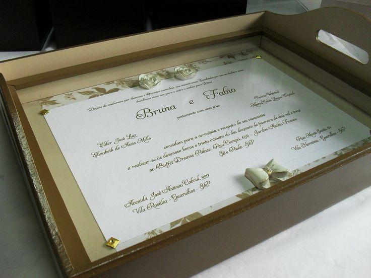 Eternize seu convite de casamento numa bandeja. Ela tem vidro para melhor prote��o e conserva��o. <br>O convite pode ser envelhecido ou original, a crit�rio do cliente. <br>Os detalhes tamb�m podem ser mudados. <br>Mande seu convite que faremos sua lembran�a a seu gosto. <br> <br>*�TIMA ID�IA PARA PRESENTEAR PADRINHOS E HOMENAGEAR PAIS