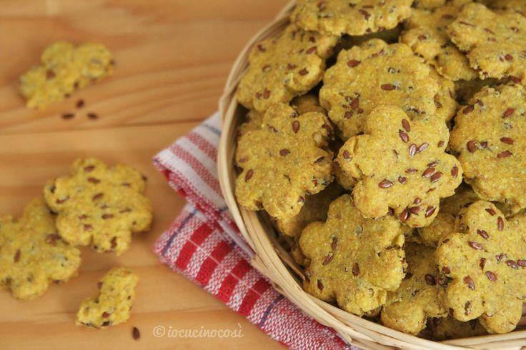 Croccanti, saporiti, facili e veloci, pronti in mezz'ora e senza lievito: cracker ai semi di lino con paprika piccante e curcuma.