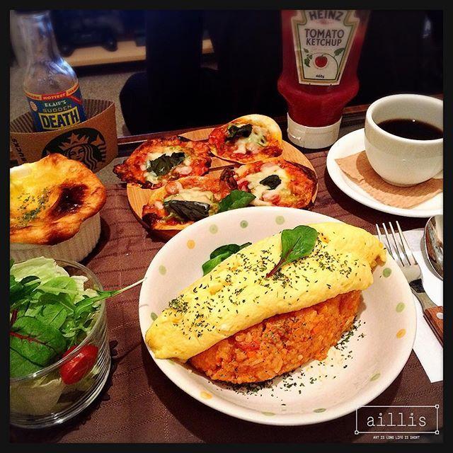 erika_suzukisanオムライス作りました。もうね大失敗。オムレツ作るの難しい(u_u)  あとは餃子の皮が4枚残ってたのでまたピザにしちゃった。 パイ包みスープやサラダも作ったけん、微妙。  もっと練習しよう  #おうちごはん#オムライス#オムレツ#ピザ#餃子#café#カフェ風