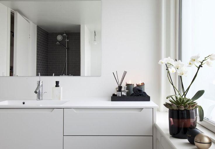 Frederik Baggers herskabslejlighed i København er indrettet minimalistisk med kant, humor og vildskab. Se den fantastiske lejlighed her!