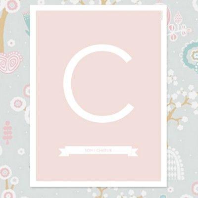 Namntavla i stilren design. Banner med namn under bokstaven, Finns med fyra olika bakgrundsfärger! #itsteatimedarling #namntavla #barn #barnposter #namntavla #namntavlor #doptavla #barnrum #kidsroom #puderrosa #rosa #bokavstavla