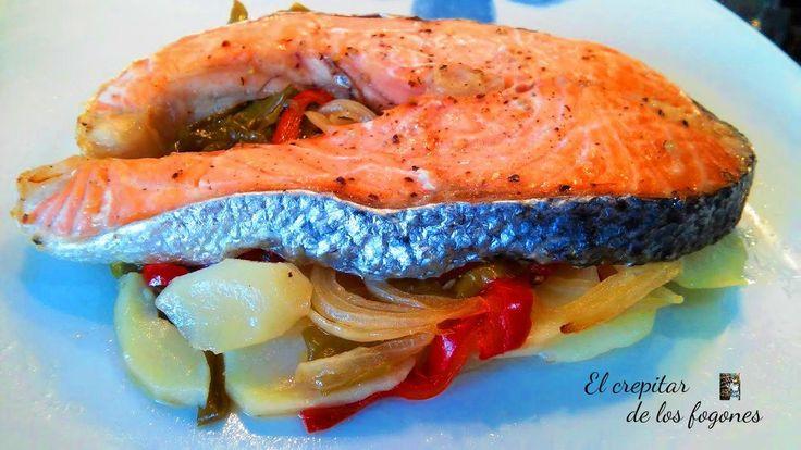 Papillote de salmón con verduras y patatas. Una receta de lo más sencillo y muy apetecible. Fácil y económica con un resultado final jugoso y aromático, papillote de salmón con verduras y patatas. La técnica del papillote consiste en colocar los ingredientes en papel de aluminio o sulfurizado, personalmente prefiero el segundo, y formar un paquete bien cerrado, de esta manera los alimentos se cocinan en su propio jugo.