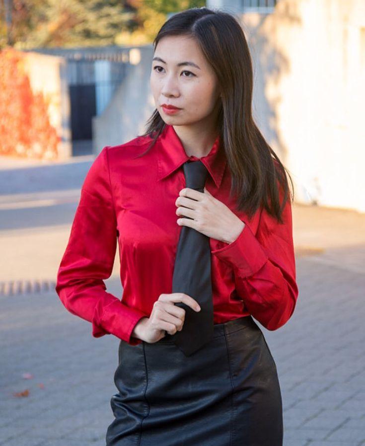 Mujeres que rompen estilo con elegancia y perfección en el uso de la corbata, mujeres con mucho estilo y glamour, personalmente las mujeres vestidas elegantemente resaltan mucho mas y la corbata como accesorio la destaca inmensa mente 😍😍😍😍 #tieday #tie #beatifull #blouse #woman #womanintie #ootd #corbata #blusa #mujer #elegancy #elegancia #lady #latinas #sexy #instachile_  #instafoto #instachile #models #moda #modelo #outfits #blusa #dandizette #corbatas #outfit #fashionistas…
