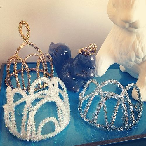 Pipe cleaner tiara-crowns for NYE…or a Frozen party!