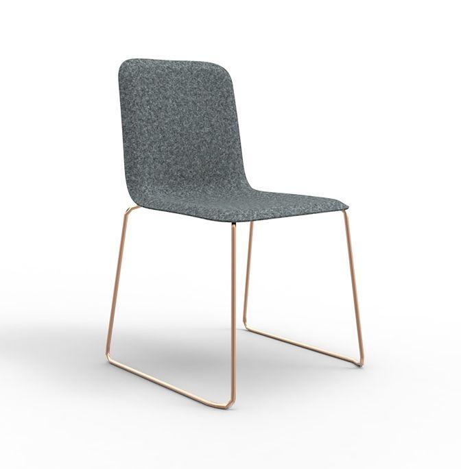 Milaan beleeft dit jaar een heuse renaissance van de This Chair, de multifunctionele stoel die in Richard Hutten tekende voor Lensvelt in 2005. De stoel ziet opnieuw het levenslicht maar dan met een vilten kuip. Deze oudste textielvorm ter wereld is op de This Chair toegepast in verschillende tinten grijs. Duurzaam en budget-vriendelijk.
