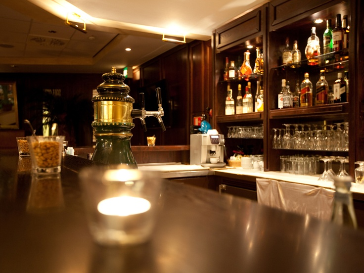 Gemütliche Hotel-Bar im Kolonialstil im carathotel Basel / Weil am Rhein.
